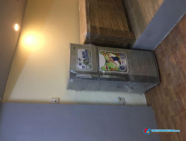 Phòng có ban công, máy lạnh 32m2, giờ tự do ở được 3 đến 5 người, wifi free, 4,5 triệu/tháng, 77HVH