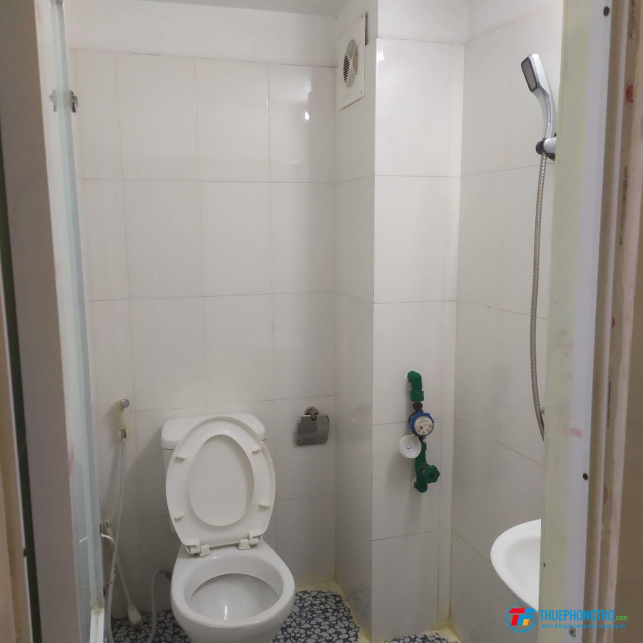 Phòng trọ mới quận Thanh Xuân có đầy đủ tiện nghi, giường, bộ bàn, chỗ nấu ăn, máy nóng lạnh