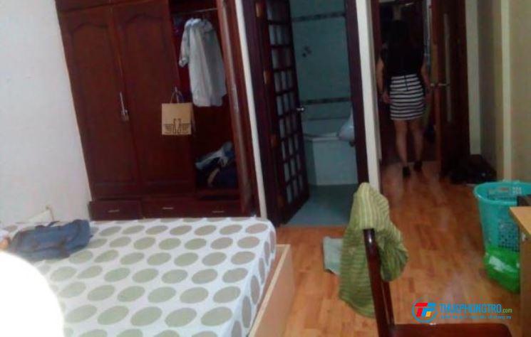 Phòng rộng, sàn gỗ, máy lạnh, ban công sát bên Vinmark Công Hòa