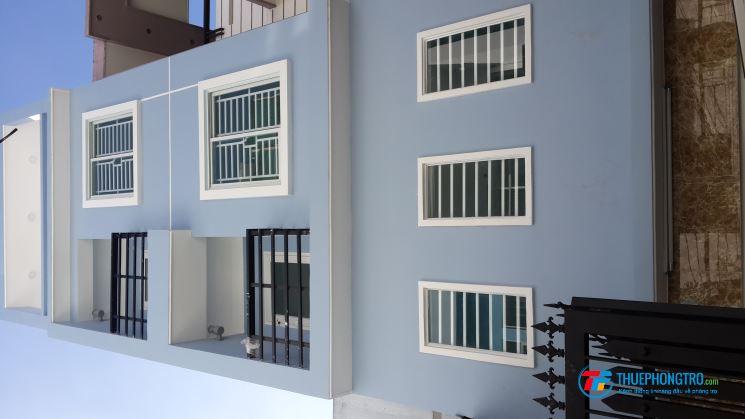 2 phòng mới đep có ban công, cửa sổ, máy lạnh, tủ lạnh, nước nóng NLMT