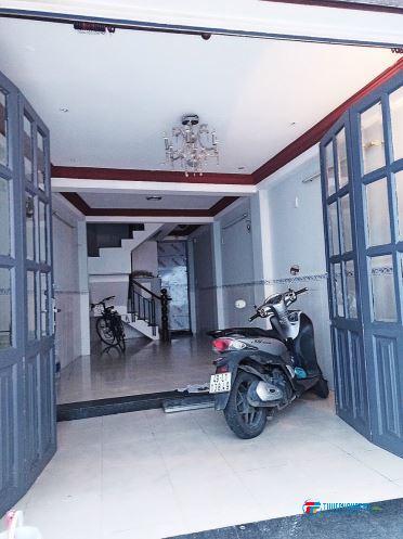 Cho thuê phòng Phú Nhuận có ban công lớn ở được 3 người gần sát Q1, Q3