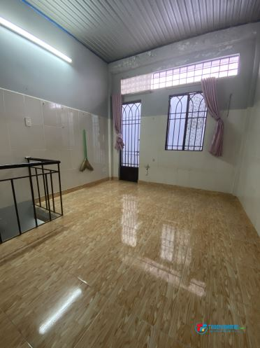 Cho thuê phòng dt 28m2 kiểu nhà riêng1 trệt 1 lầu gác đúc suốt đẹp, có ban công, gần chợ